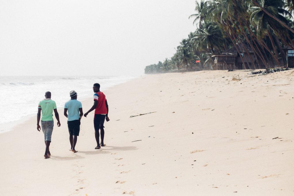 Men walking on the beach, Folu